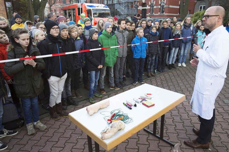 Prof. Martin Lacher demonstrierte mit Schweinepfoten, welche Sprengkraft Böller und Co. haben.