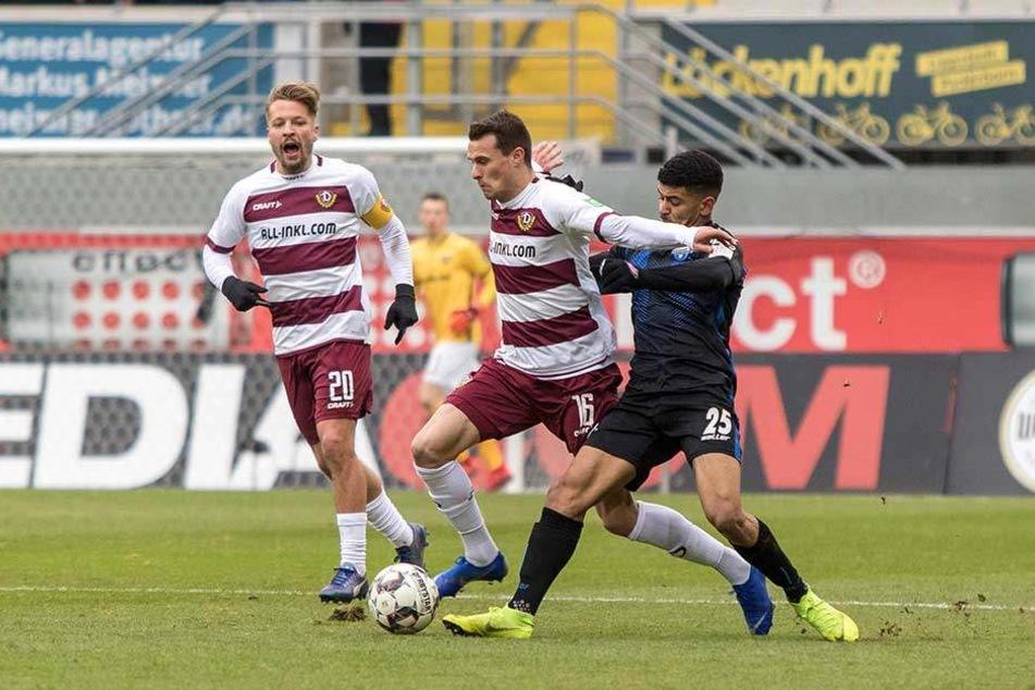 Philip Heise (M.) in seinem vorerst letzten Dynamo-Spiel. Vor den kritischen Augen seines Kapitäns Patrick Ebert (l.) setzte sich Heise gegen Paderborns Mohamed Dräger durch.