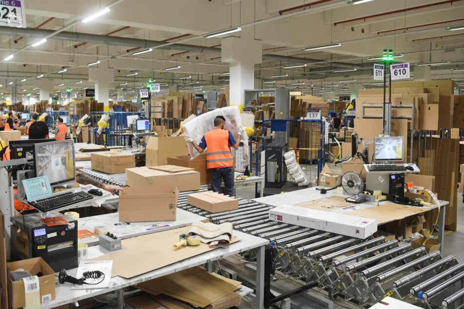 Im Amazon Logistikzentrum in Pforzheim werden Pakete für den Versand vorbereitet. Für Weihnachten wurden 500 Saisonarbeitskräfte eingestellt.