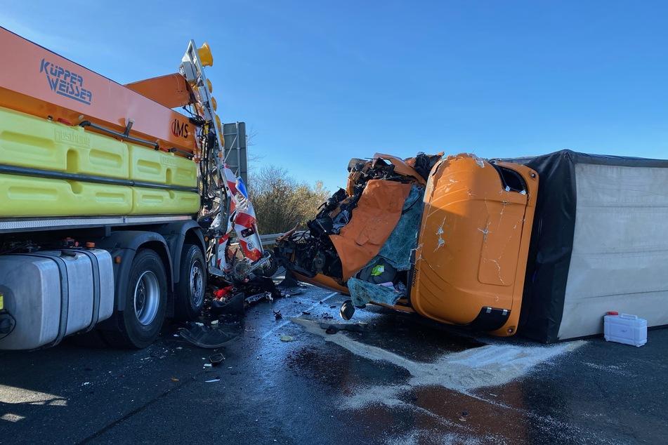 Kleinlaster kracht auf Schilderwagen und kippt um: Fahrer schwer verletzt