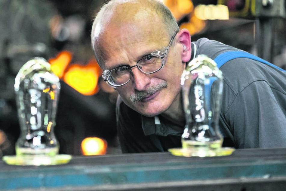 Mitarbeiter Thomas Seibt (53) überwacht die Herstellung. 13 verschiedene Rohstoffe stecken im Glas - vor allem Sand.