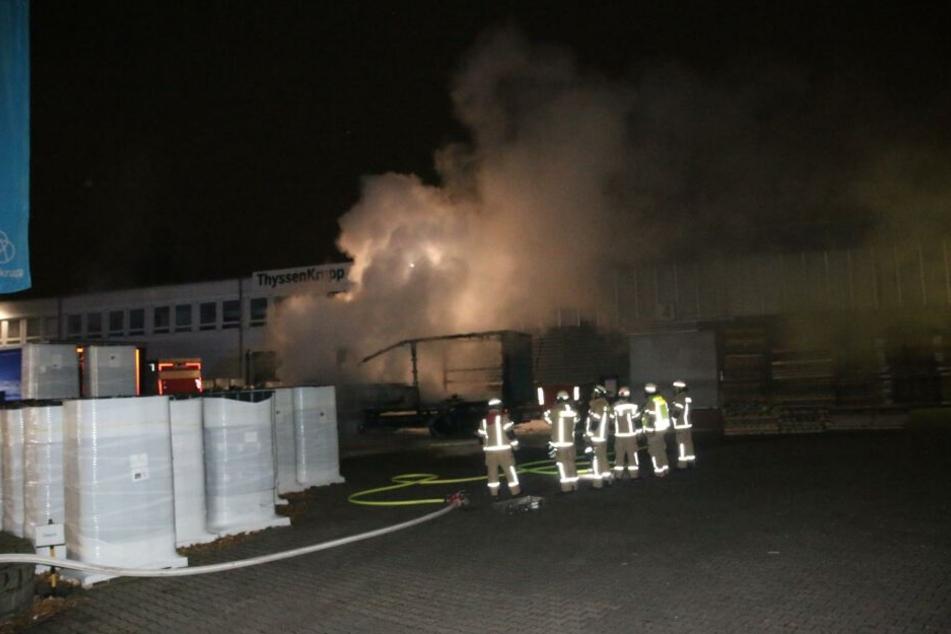 Etwa 40 Feuerwehrleute haben die Flammen bei einem Lastwagen und einem Transporter in Tempelhof gelöscht.