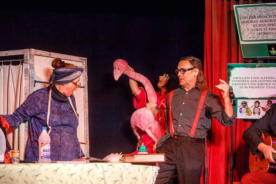 """Im Altkötzschenbroder """"Kleine Welt""""-Theater ließ die Chefin es zum Jubiläum krachen."""
