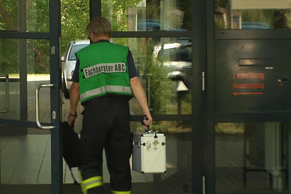 Die Feuerwehr prüft, um welche Substanz es sich handelt.