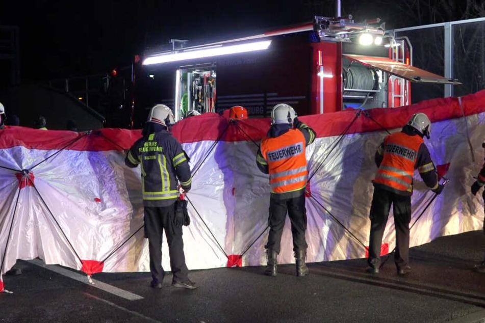 Die Helfer versuchten mit einer Sichtschutzbarriere die Unfallstelle auf der A1 abzuschirmen.