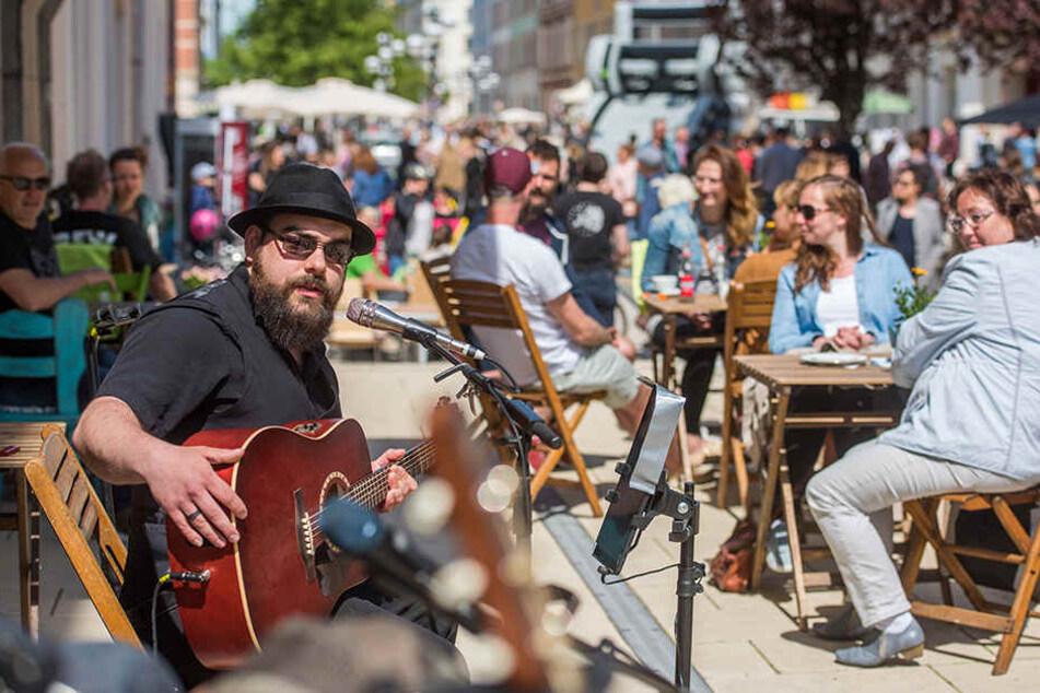 Dolce Vita auf dem Brühl! Bei Singer-Songwriter-Musik der Band Wohnzimmer ließen es sich die Chemnitzer vorm Inspire-Café gutgehen.