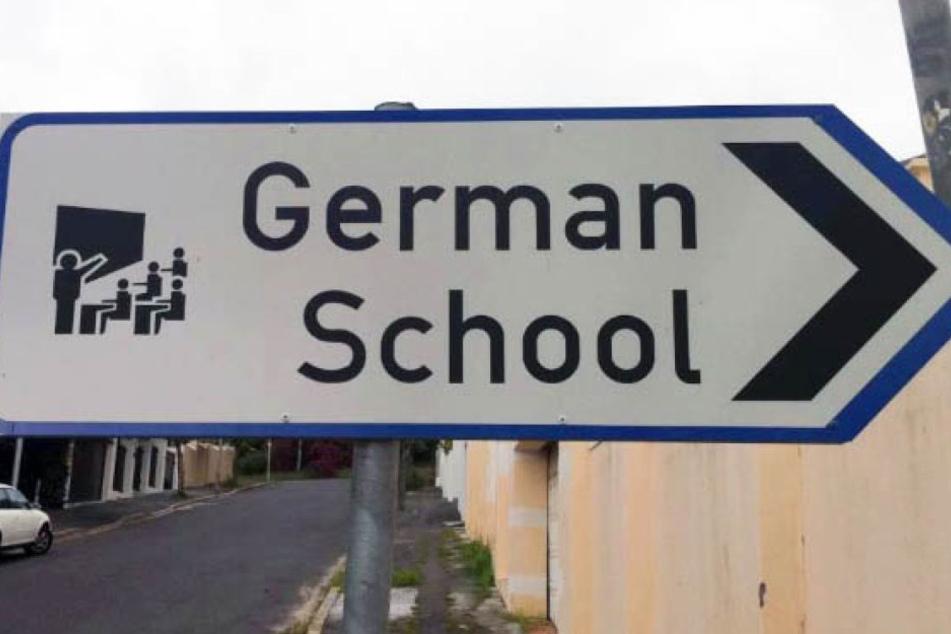Das Schild zu einer deutschen Schule in Südafrika ruft unschöne Erinnerungen hervor.