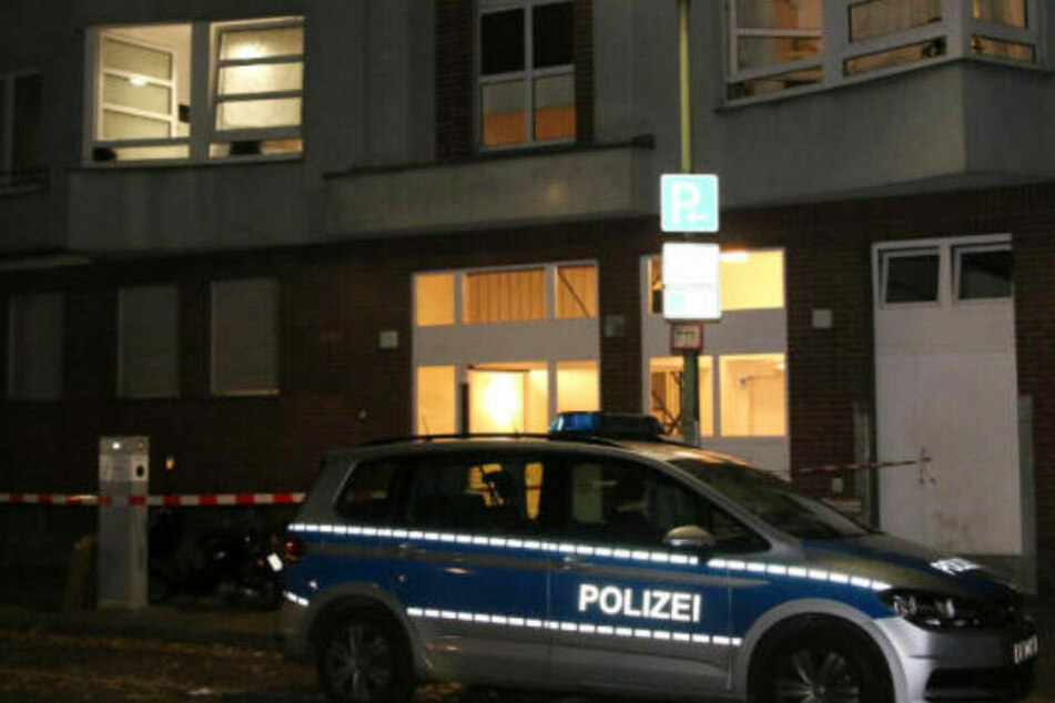 Die Polizei steht vor dem Neuköllner Mietshaus.