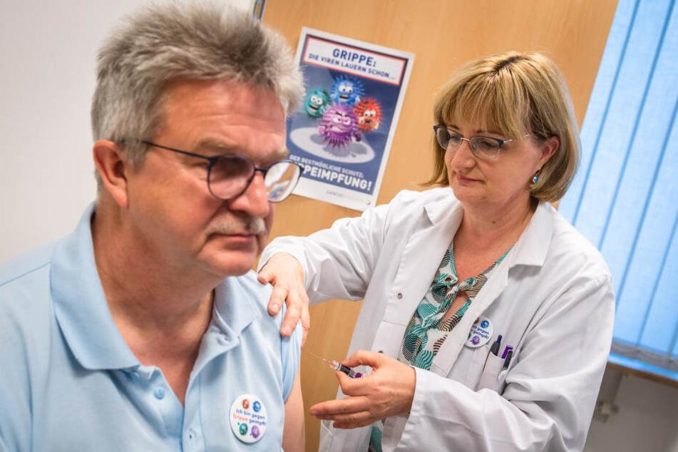 Der Leiter des Chemnitzer Gesundheitsamtes, Harald Uerlings (60), lässt sich von seiner Kollegin Karin Schreiter gegen Grippe impfen.
