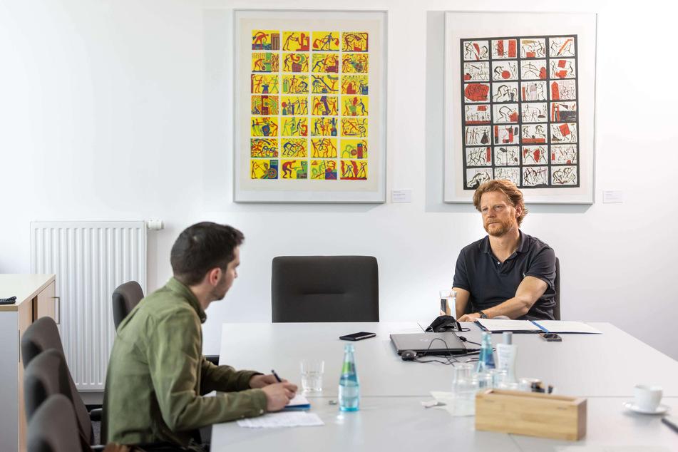 TAG24-Reporter Stefan Graf (30) beim Interview mit Baubürgermeister Michael Stötzer (48, Grüne) im Technischen Rathaus.