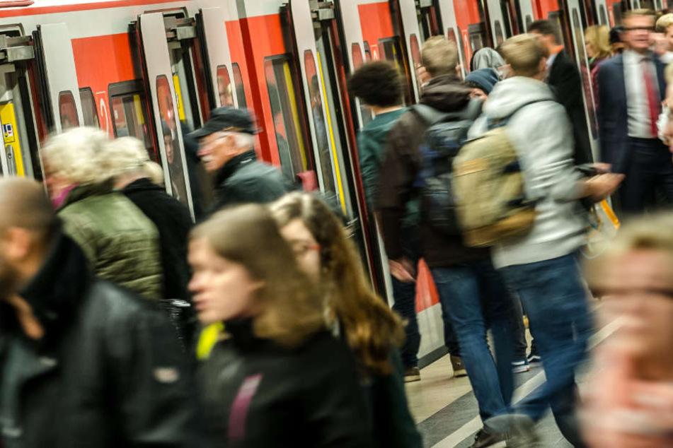 Jugendlicher blockiert S-Bahn, DB-Mitarbeiter greift ein: Was dann passiert, ist unglaublich