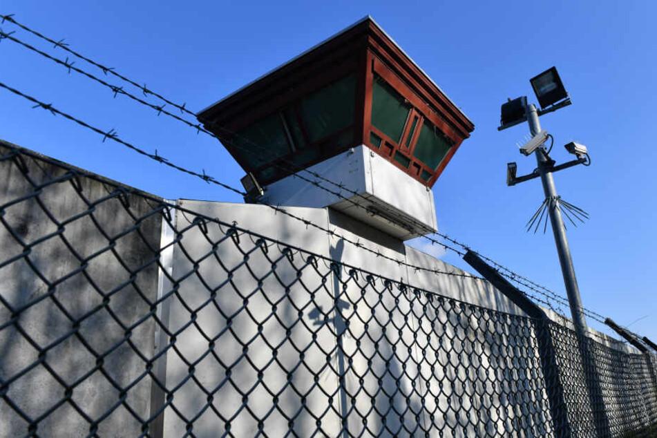 Nach seiner Verlegung griff der Häftling einen weiteren Beamten an. (Symbolbild)