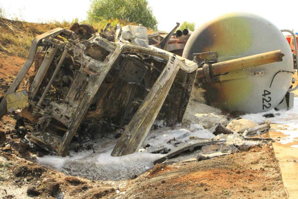 Der Lkw brannte komplett aus, sein Fahrer konnte sich mit leichten Verletzungen retten.