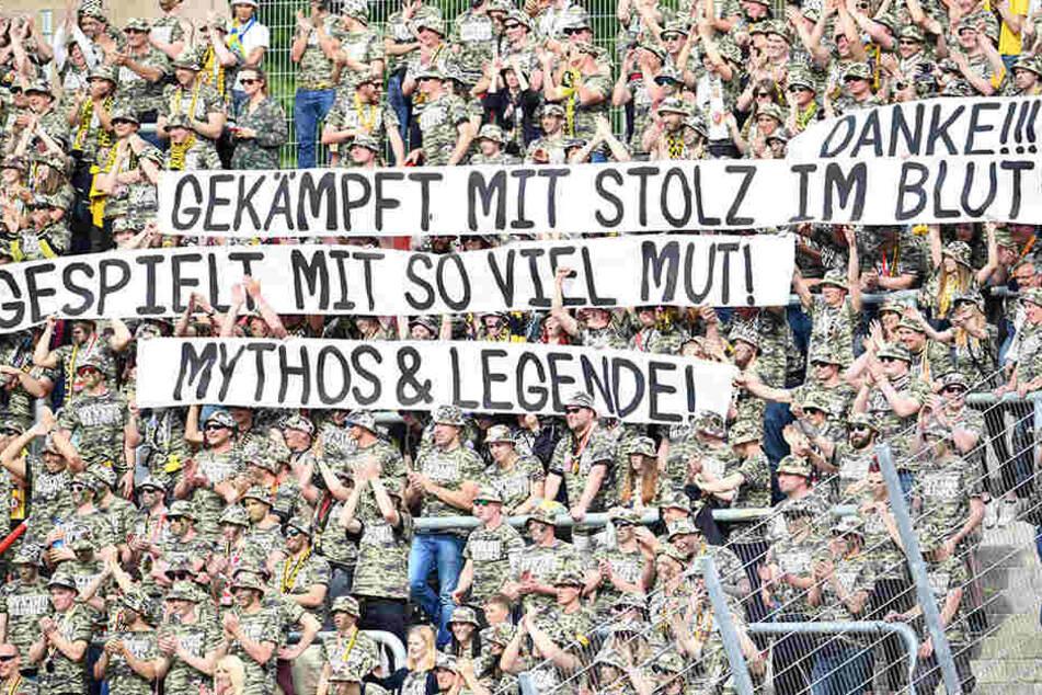 Die Dynamo-Fans kamen im Einheits-Look im Stadion.