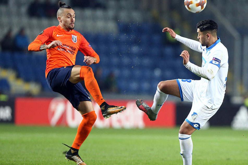 Nadiem Amiri (rechts) bittet seinen Gegenspieler zum Tanz,