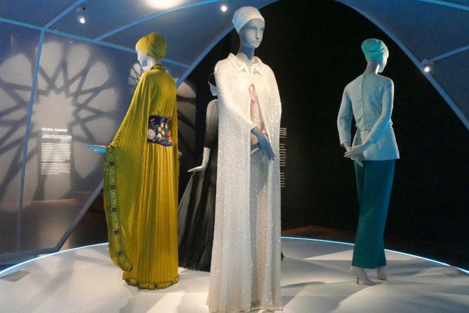 Ein Haute Couture-Kleidungsstück (m.) von Karl Lagerfeld für das Chanel Ensemble Frühjahr/Sommer 2010 im Museum de Young in San Francisco.