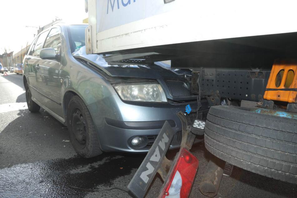 Unfall in Dresden-Pieschen: Auto knallt in Lkw-Heck