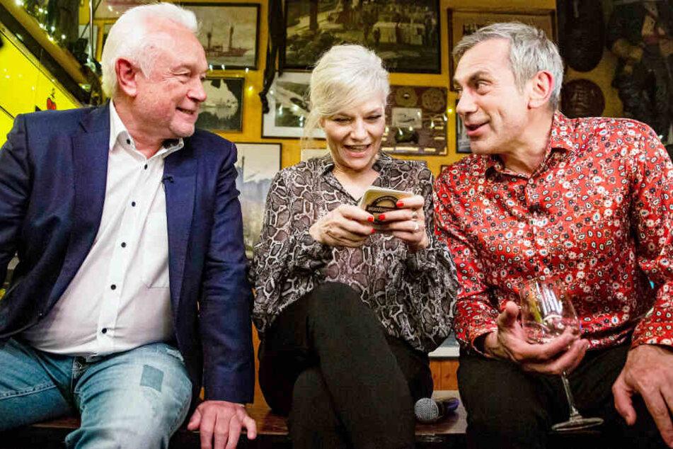 Wolfgang Kubicki (links) und Wladimir Kaminer stellen sich Ina Müllers Bierdeckelfragen.
