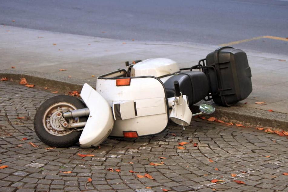 Am Mittwoch wurde eine Moped-Fahrerin (16) von einem Paketdienst-Auto erfasst und leicht verletzt (Symbolbild).