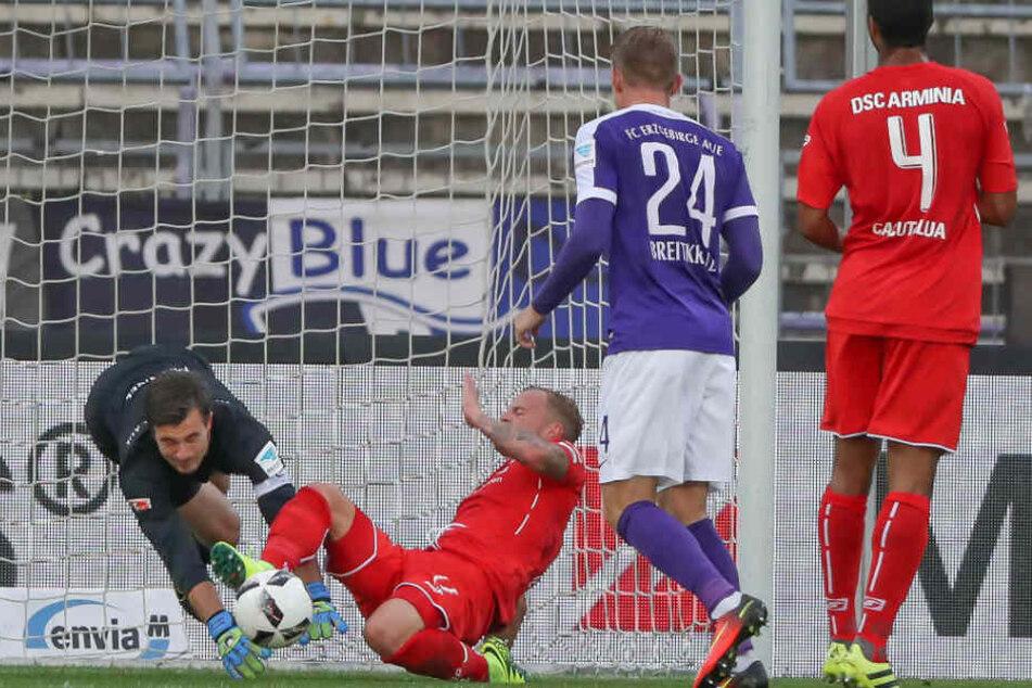 Aue Torwart Martin Männel (li.) kollidiert mit Christoph Hemlein (re.) und verletzte sich und musste ausgewechselt werden.