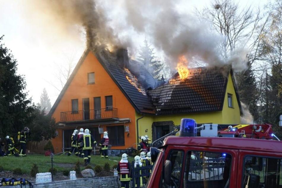Wohnhaus steht in Flammen: Familie muss in Notunterkunft