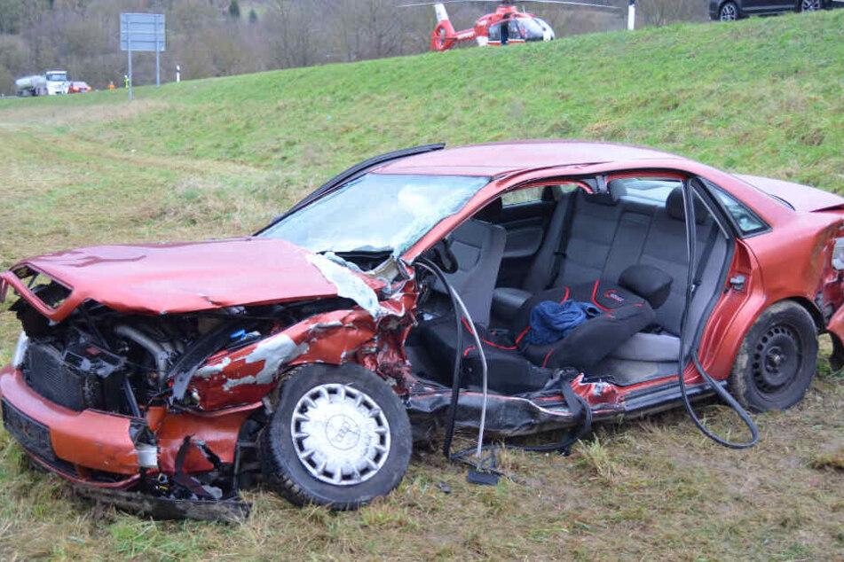 Der Audi schanzte im freien Flug über eine Böschung und stürzte den Abhang hinunter.