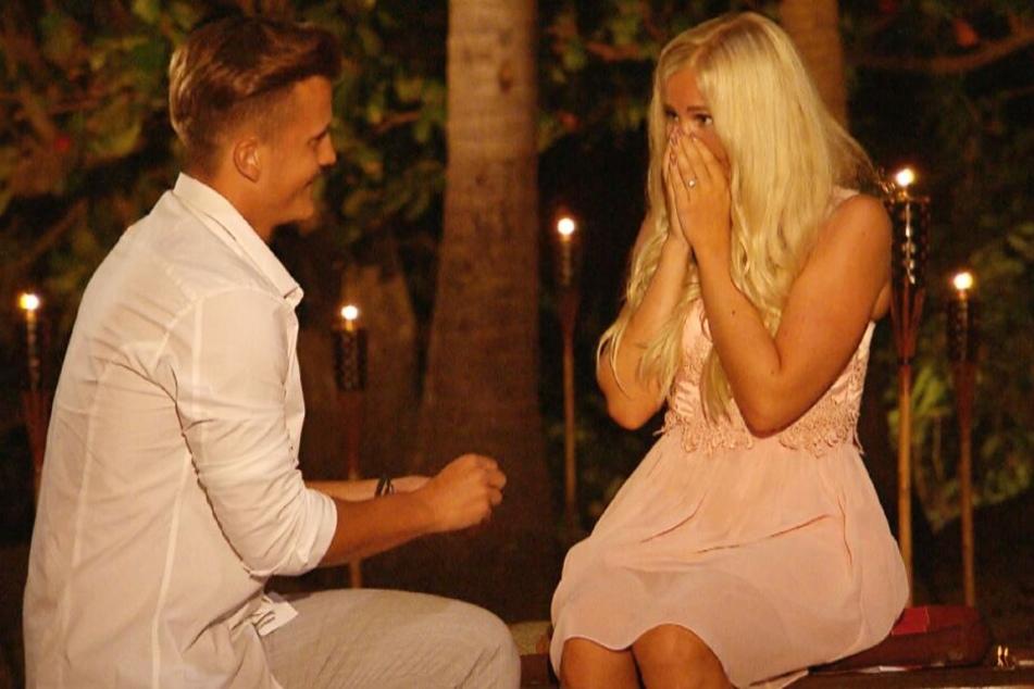 Robin (23) machte seiner Lena (22) am Lagerfeuer einen romantischen Heiratsantrag.