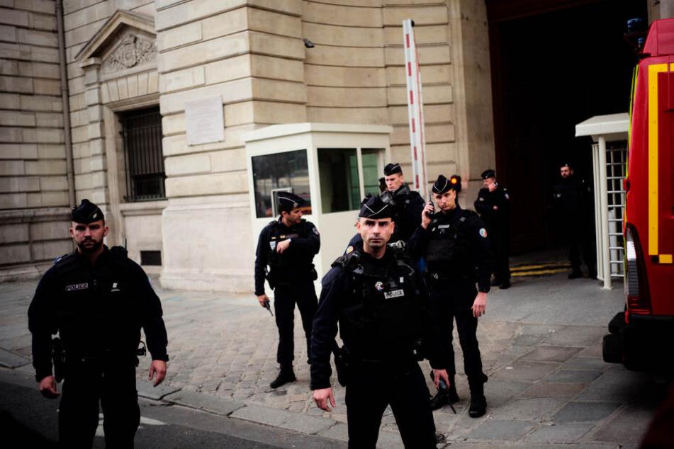 Polizeibeamte stehen nach einer Messerattacke vor der Pariser Polizeipräfektur Wache.