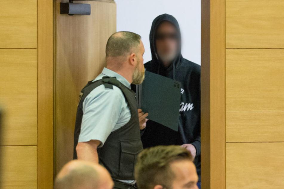 Vor Gericht erschien Jörg W. mit Sonnenbrille und Kapuze.