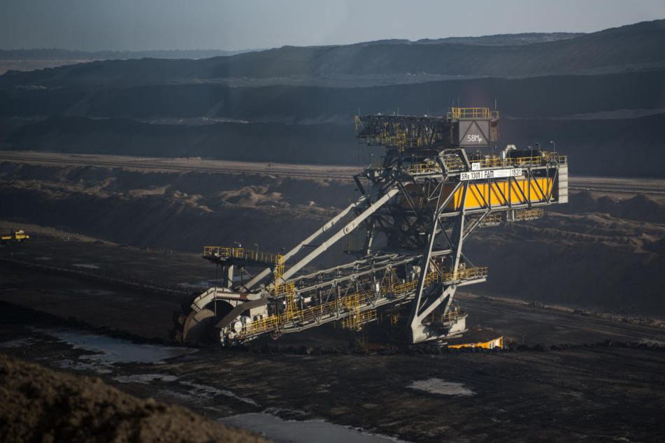 """Braunkohlebagger im Tagebau Nochten. Klimaforscher mahnen """"beispiellose Veränderungen"""" an, um Erwärmung der Erde noch auf 1,5 Grad zu beschränken. Dazu gehört der Kohle-Ausstieg."""
