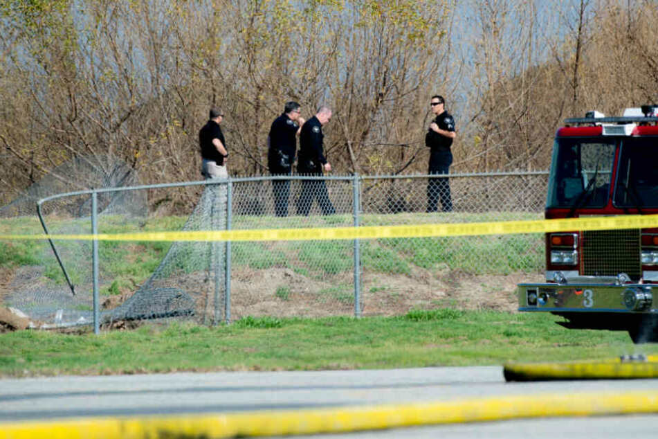 Polizisten sind am Absturzort eines Kleinflugzeugs im Einsatz.