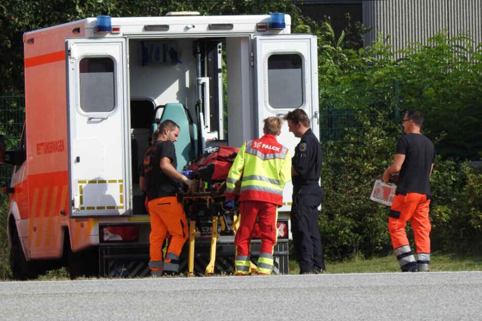 Die Rettungskräfte bereiten ihren Einsatz vor.