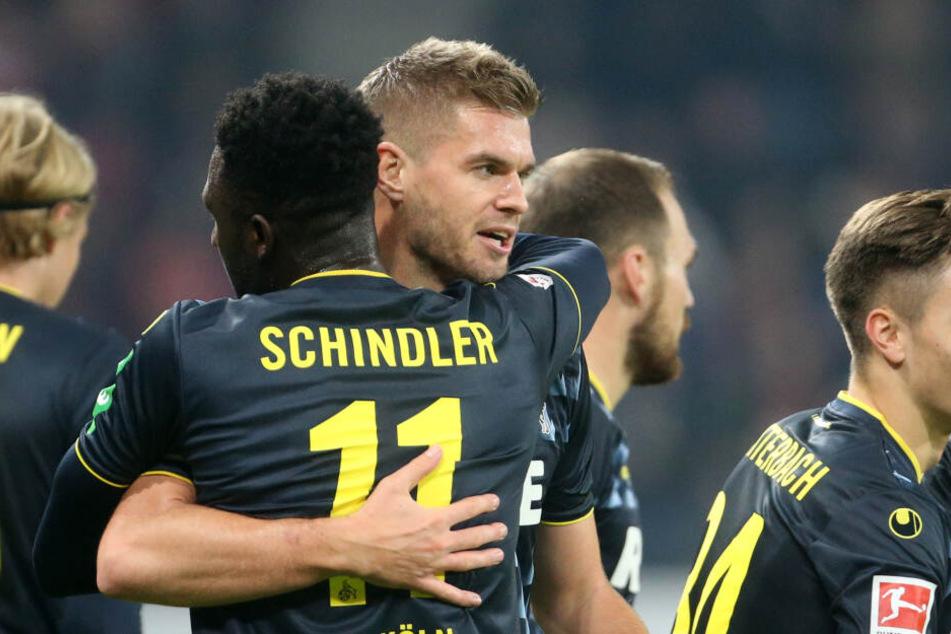 Die Kölner jubeln nach der 0:1-Führung durch Simon Terodde.
