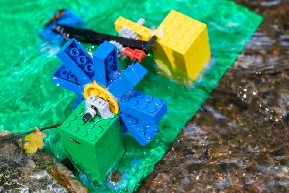 Das bunte Lego-Wasserrad brachten Wanderer mit zum Haselbach.