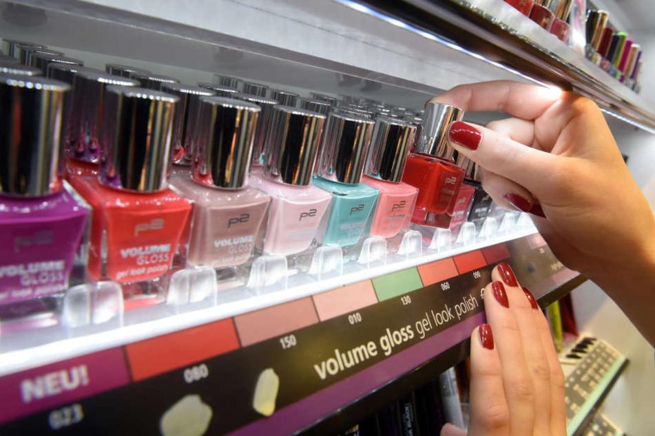 Nagellack rundet den Look ab. Für viele gehören bunte Farben auf den Nägeln einfach zur Mode dazu.