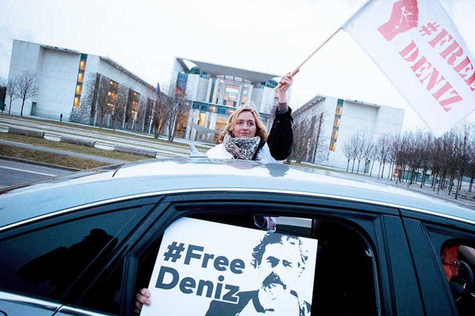 """Mit einem Autokorso demonstrieren Berliner am 28.02.2017 in Berlin vor dem Bundeskanzleramt für die Freilassung des """"Welt""""-Korrespondenten Deniz Yücel."""