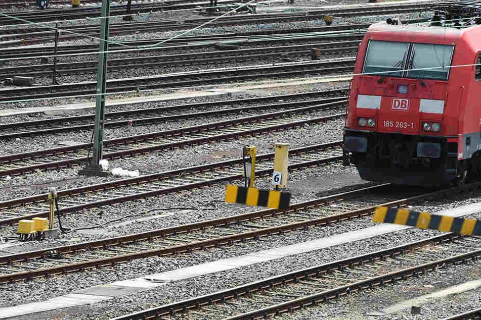 Der 45-jährige Mann wollte sich Loks bei Dunkelheit ansehen. Um sich auszuruhen, setzte er sich auf die Gleise und hatte mehrere Schutzengel, dass eine herannahende Bahn kurz vor ihm zum Stehen kam.