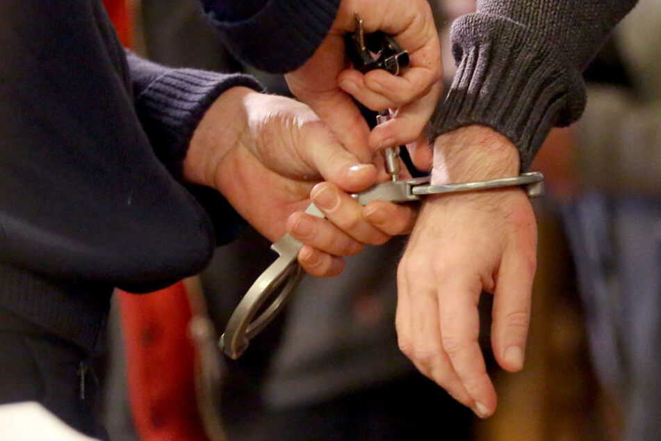 In Sachsen-Anhalt befindet sich momentan ein polizeigesuchter Straftäter auf der Flucht.