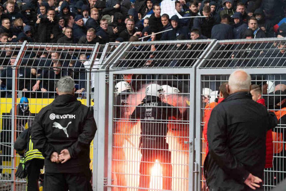 Hertha-Chaoten zünden Pyrotechnik und prügeln mit Stangen auf Polizisten ein.