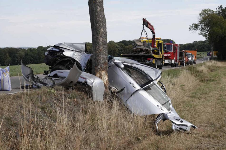 Der Honda krachte gegen mehrere Bäume und wurde massiv demoliert.