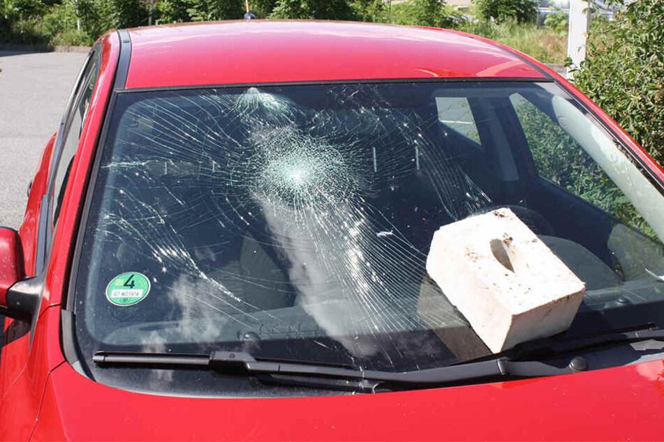 Ohne Skrupel: Unbekannte werfen Stein in Windschutzscheibe