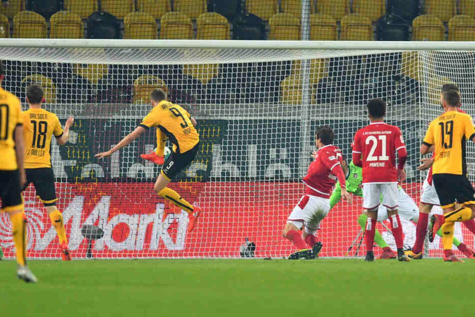 Hier drückt Lucas Röser den Ball zum 1:0 über die Linie.