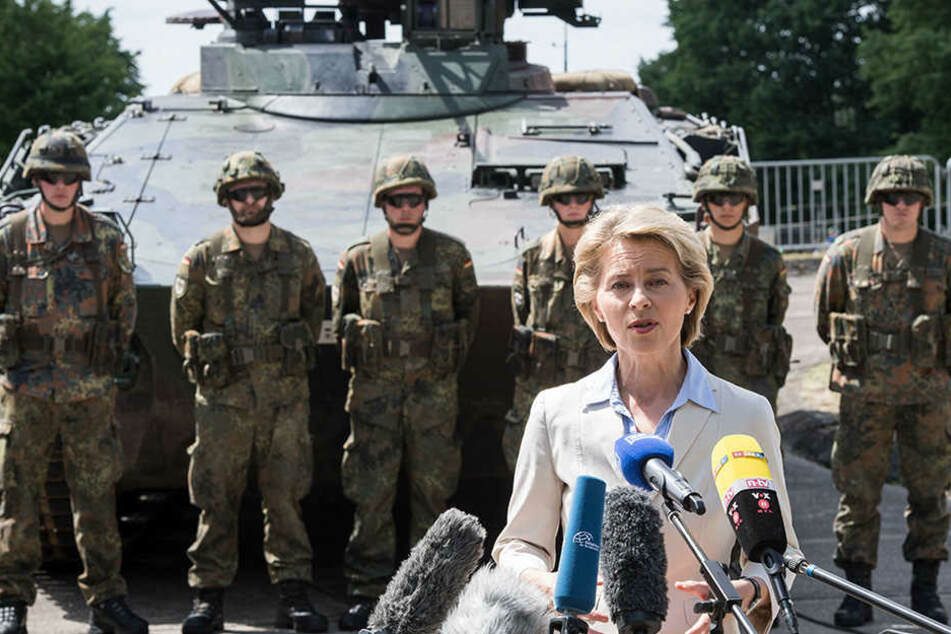 """Die Kaserne in Augustdorf soll laut Verteidigungsministerin Ursula von der Leyen (58, CDU)  weiterhin """"Rommel-Kaserne"""" heißen."""