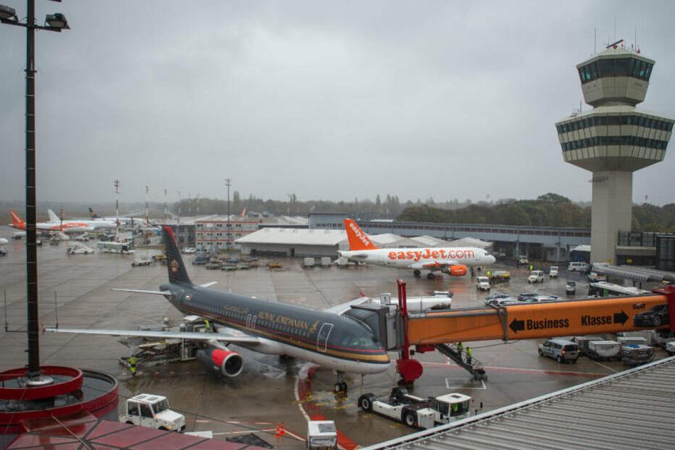 Am Flughafen Tegel musste viele Maschinen enteist werden. (Symbolbild)
