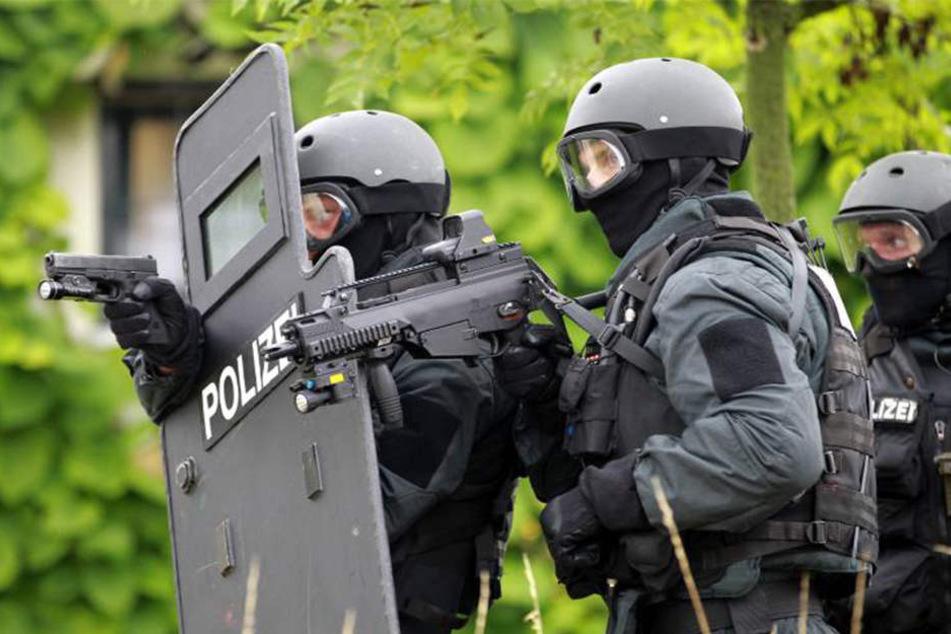 Ein Spezialkommando der Polizei nahm den Schuldner in Haft (Symbolbild).