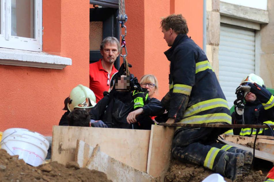 Mit einem Rettungsgeschirr wurde der Bauarbeiter aus der Grube gehoben.