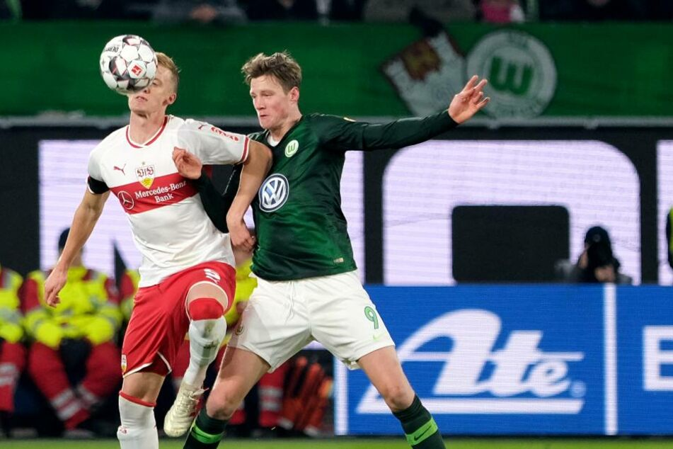 Wolfsburgs Wout Weghorst (r.) fightet gegen VfB-Verteidiger Timo Baumgartl um die Kugel.