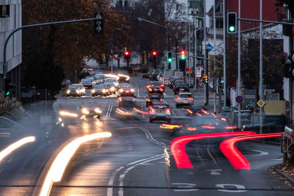 Das Hauptaugenmerk wird bei den Gesprächen auf den drohenden Diesel-Fahrverboten in hessischen Städten liegen (Symbolbild).