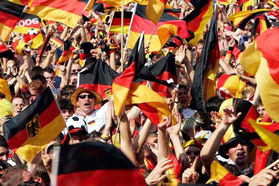 Müssen sich Fußball-Fans bald einen neuen Nationalhymnen-Text einprägen?