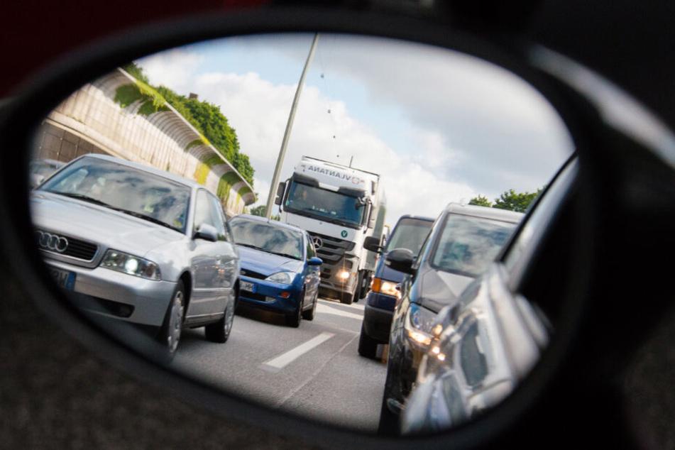 Im Seitenspiegel eines Autos sind sich stauende Autos auf der A7 bei Stellingen zu sehen.